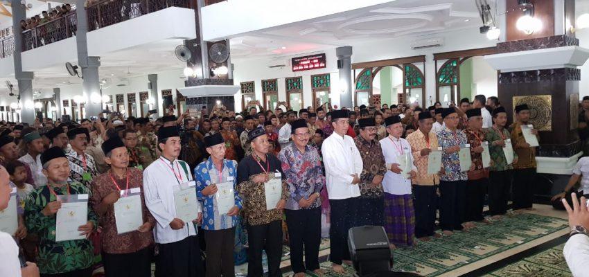 Jokowi Menyerahkan Sertifikat Nadzir NU