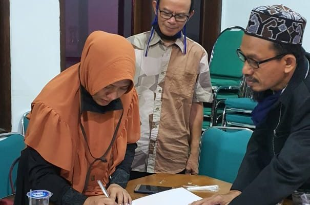 Ibu Tri Indah Sutjiati Serahkan Wakaf untuk LWPWNU Jatim